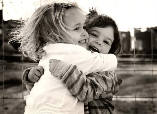 abrazo-amigas-cuentos-infantiles-cortos